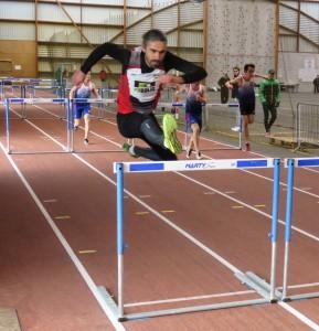 Julien Gombaud remporte le titre sur 60 m haies chez les seniors.